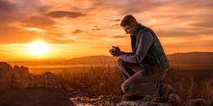 Un hombre se arrodilla para orar al aire libre SALMO 65;2