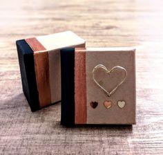Jedes noch so kleine Geschenk das von Herzen kommt verdient eine schöne Verpackung. 6 cm lang, 6 cm breit und 3.5 cm tief. sFr. 22.- Ring Verlobung, Bracelets, Gold, Jewelry, Godchild, Stocking Stuffers, Gift Cards, Engagement Ring, Valentines Day