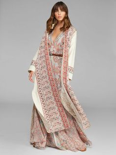 Maxi Jacquard Coat With Paisley Border ETRO. Maxi jacquard fabric coat with ton-sur-ton floral design featuring a robe fastening and embellished by a border with Paisley designs. Silk Duster Coat, Cashmere Jacket, Suede Coat, Men Fashion Show, Paisley Design, Boho, Outerwear Women, Pink, Spring Summer