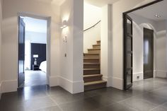 strak stucwerk moderne maar sfeervolle verlichting en mooie hoge plinten!