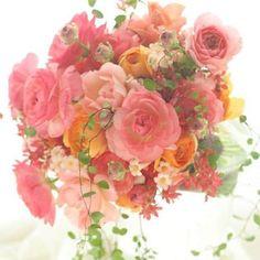 いいね!287件、コメント19件 ― 一会  ichieさん(@bouquet_ichie)のInstagramアカウント: 「どっさり使われているラナンキュラスは、春先のこの時期まさに旬の花。チューリップもスイートピーも、春の花は生命力オーラがなみなみあって、扱うのが楽しい!これはミスウェディングという雑誌撮影のブーケでした。#ブーケ#bouquet…」