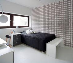 Valkoinen matala Idea-taso on monikäyttöinen. Se sopii erinomaisesti esimerkiksi eteiseen tai ruokapöydän penkiksi. Kohteessa sitä on käytetty sängyn päätypenkkinä.
