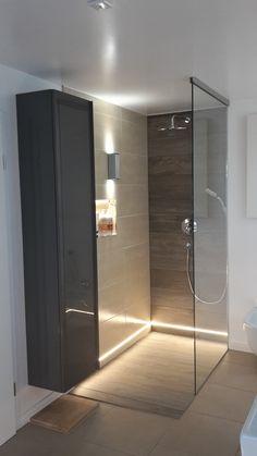 Begehbare Dusche mit warmweißen LED Streifen IP65 im unteren Wandbereich und SLV Theo up/down out im oberen Wandbereich.