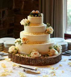 Love the wooden cake plate, great for outdoor weddings