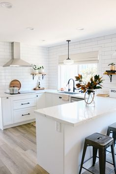 25 Examples The Most Efficient U-shaped Kitchen Design For Your Dream Kitchen Home Decor Kitchen, Kitchen Interior, New Kitchen, Home Kitchens, Ikea Kitchens, Ikea Kitchen Remodel, Small Home Interior Design, Beach Cottage Kitchens, Small Kitchen Renovations