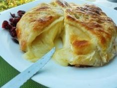Receta | Queso brie en hojaldre con mermelada de albaricoque  -  canalcocina.es Mexican Food Recipes, Sweet Recipes, Queso Cheese, Spanish Dishes, Croissants, Savoury Dishes, Food To Make, Muffins, Food Porn