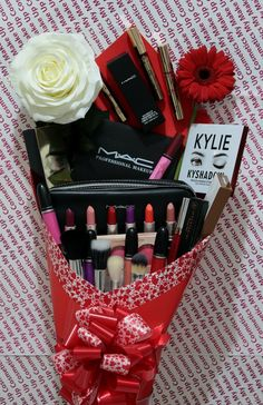 45 romantic valentines day gifts for her 2020 15 Makeup Bouquet Gift, Christmas Gift Baskets, Christmas Gifts, Christmas Holiday, Cute Gifts, Diy Gifts, Bouquet Cadeau, Makeup Gift Sets, Themed Gift Baskets