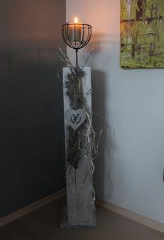 GS05 - S�ule aus neuem Holz, gebeizt, wei� geb�rstet und nat�rlich dekoriert mit Kunstfell und einem Windlicht! Preis 74,90%u20AC