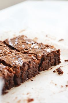 An easy recipe for chocolate brownies - Preparation time: 15 minutes Cooking time: 45 minutes The ingredients list: 145g unsalted butter 60g good quality dark chocolate 200g caster sugar 2 beaten eggs 75g dark or milk chocolate chips 30g plain flour 1/4 tsp of salt 1/2 tsp of vanilla extract