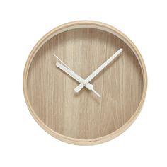 Väggklocka i ljust trä. Från Hubsch-interior Stilren vägghängd klocka. Ljust trä med vita visare. Mått, Diameter 31 cm. Djup 5 cm. Artikelnamn: 630123- CLOCK W/WOODEN FRAME, NATURE/WHITE, LARGE Tillverkare: Hubsch-interior. Leveranstid normalt ca 1-2 vecko