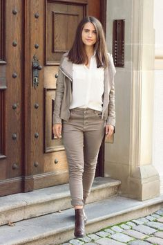 Fashion Outfit für den Herbst mit weißer Bluse, braune Jacke und braune Hose. Fashion Bloggers, My Style, Clothing, Tan Jacket, Blouse, Nice Outfits, Fall Winter, Get Tan, Jackets