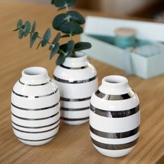 The wonderful miniature Omaggio vases with silver stripes blend elegantly with the classic colours of Christmas. Fill the vases with fresh spruce or forest sprays carrying small cones.
