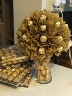 bouquet birthday Flowers birthday bouquet ferrero rocher New Ideas Bouquet Cadeau, Gift Bouquet, Flowers Birthday Bouquet, Food Bouquet, Chocolate Flowers Bouquet, Candy Arrangements, Sweet Trees, Candy Crafts, Chocolate Gifts
