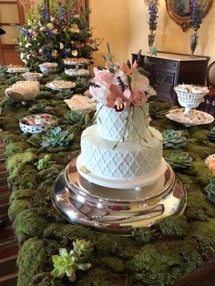 Maravilhosa inspiração de mesas com plantas e musgos de verdade, num verdadeiro jardim de doces e bolos