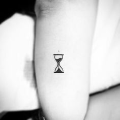 Tattoo Family Heart - - - Best Friend Tattoo Hands - Wolf Tattoo Back - Tattoo Drawings Clock Mini Tattoos, Body Art Tattoos, Small Tattoos, Sleeve Tattoos, Tattoo Drawings, Tatoos, Tattoo Life, Poke Tattoo, Back Tattoo