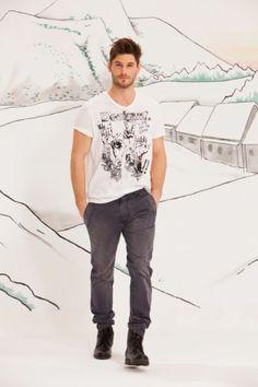 Desigual men's Love T-shirt. A white, short-sleeved, v-neck T-shirt. Regular fit.