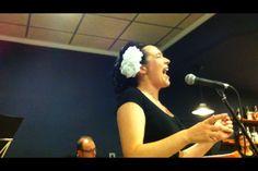 """Eva i Fun Jazz tornàrem al Restaurant El Lleó de Xàtiva per rodar el nou repertori, ja que portàvem mesos ocupant-nos cadascú de projectes propis i anàvem una mica contrarellotge. Estrenàrem """"Airmail special"""", el tema tècnicament més difícil que he cantat mai en públic, una versió que l'Ella Fitzgerald va fer al Festival de Newport l'any 1957. La foto correspon a un moment d'eixe tema. Molt contenta per haver-me atrevit! (25-7-2014)"""