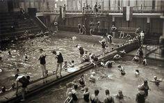1937 - 1940. View of the indoor pool of the Sportfondsenbad Oost in Amsterdam-Oost. Photo Jan van Deudekom. #amsterdam #1940 #SportfondsenbadOost