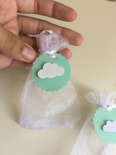 Saquinho de organza com tema de nuvens. Pode ser feito em qualquer cor.