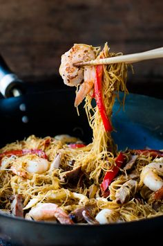シンガポールヌードルはオーストラリアではとても人気のある麺料理のひとつです。具を変えてありあわせの物でももかまいません。