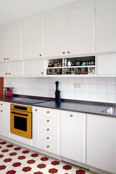 Stort kök i femtiotalsfunkis--retro cabinets with glass dry goods drawers