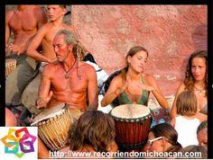 MICHOACÁN te comenta sobre un ritual que se celebra cada tarde  en la playa de Maruata, al atardecer cuando el sol empieza a desaparecer las personas van hacia un promontorio de roca en el mar, una isla de roca, algunos llevan tambores y otros flautas  para hacer un agradecimiento por la vida y a la madre tierra . AG HOTEL http://www.aghotel.com.mx/