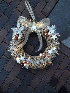 Читайте також Свіжі ідеї різдвяних віночків Різдвяні віночки з фетру (+викрійки) 60 ідей прикрашення дитячої кімнати до Різдва Бюджетні прикраси для ялинки з паперу Як … Read More Christmas Makes, Christmas Mood, Christmas Crafts, Christmas Ornaments, Christmas Outfits, Merry Christmas, Holiday Wreaths, Holiday Decor, Natal Diy