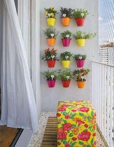 Pots de fleurs colorés pour décorer la terrasse