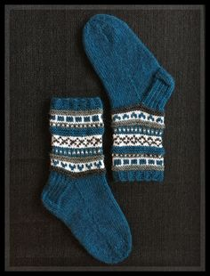 blue slipper-socks with fair isle tops Baby Sweater Knitting Pattern, Knit Mittens, Knitting Socks, Baby Knitting, Knitting Patterns, Crochet Patterns, Woolen Socks, Yarn Thread, Colorful Socks