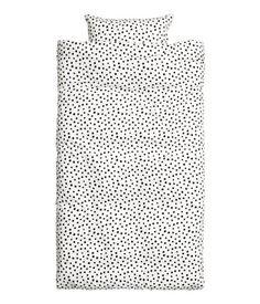 Vit/Svart. CONSCIOUS. Ett enkelt påslakanset i fintrådig, vävd kvalitet av Tencel® lyocell och bomull med tryckt mönster. Ett örngott. 30s-garn. Trådtäthet