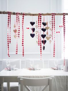 - A couple of weeks ago I went to an intimate dinner party and thought the presentation would be great for a Valentine Day dinner. These Valentine's dec. valentines day decor Modern Table Setting Ideas For Valentines Day Swedish Christmas, Noel Christmas, Scandinavian Christmas, Winter Christmas, Christmas Crafts, Christmas Ornaments, Valentine Decorations, Xmas Decorations, Valentine Backdrop