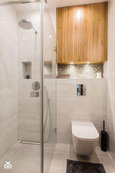 Drewno z szarością - Mała łazienka w bloku bez okna, styl nowoczesny - zdjęcie od ZAWICKA-ID Projektowanie wnętrz
