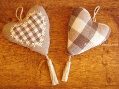 Colgador puerta corazón modelo CAPUCINE en tejido 100 % Algodón en colores lino, blanco y marrón (18 x 10 cm. aproximadamente). Confeccionado a mano. Hay 2 modelos para elegir.