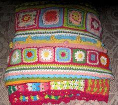 Terminada la manta,pesa casi 5 kilos y está tejida con algodón rústico de diversos colores