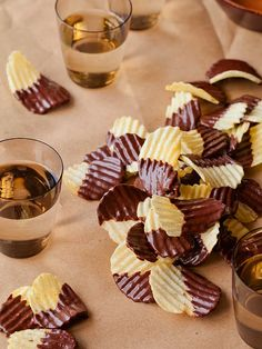 Chocolate Covered Potato Chips - the best of two worlds sweet and salty! Köstliche Desserts, Delicious Desserts, Dessert Recipes, Yummy Food, Healthy Food, Party Recipes, Healthy Eating, Chocolate Covered Potato Chips, Chocolate Chips