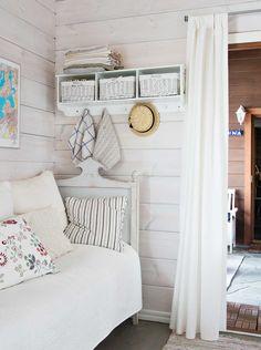 Kesähuonetta käytetään myös pukuhuoneena. Saunaan on helppo kipaista välikön läpi.
