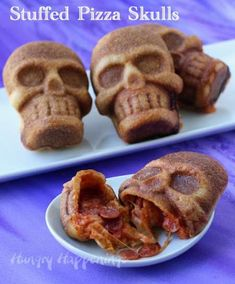 Satisfy your appetite for wickedly tasty snacks this Halloween with these amazing stuffed pizza skulls from Hungry Happenings. Halloween Snacks, Halloween Punch, Fete Halloween, Halloween Dinner, Halloween Goodies, Halloween Cupcakes, Halloween Stuff, Halloween Decorations, Halloween Pizza