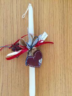 Χειροποίητη λευκή λαμπάδα με μεταλλική μπορντώ καρδιά. Βρείτε την εδώ http://www.smallthings.gr/product-category/spring-summer/