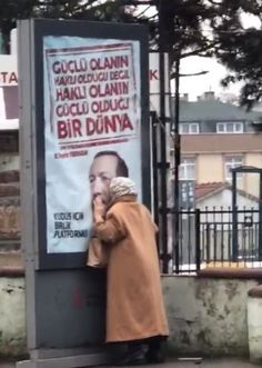 ANSEY Cumhurbaşkanı Erdoğan'ın fotoğrafını öpen teyzenin kim olduğu merak ediliyor. Great Leaders, Mood Pics, Islam, Commonwealth, Turkey Country, Rice, Federal