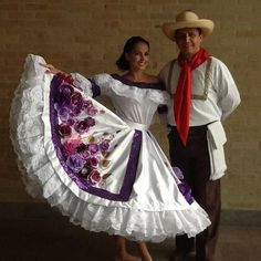Colombian People, Colombian Girls, Hawaiian Party Cake, Folk Costume, Costumes, Folk Clothing, Mexican Party, Cultural Diversity, Traditional Dresses
