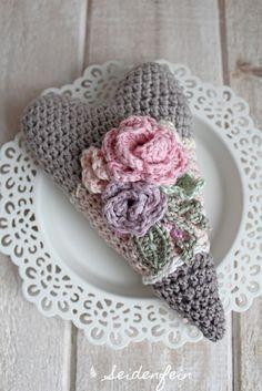 seidenfeins Blog vom schönen Landleben: Häkelherz Tutorial Rosen, Blätter & Ranken - Finish * DIY crochet heart tutorial: roses, leafs and vines - finish