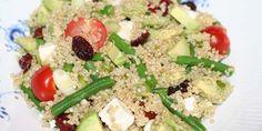 Lækker quinoasalat med cremet avocado og feta, grønne bønner og forårsløg samt røde cherrytomater og tørrede tranebær.