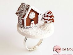 -Silver plated adjustable ring base!-Delicate gingerbread house and gingerbread tree with vanilla sauce and coconut flakes as snow!