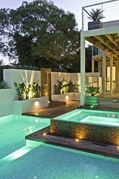 Se você vai construir sua piscina, considere incluir uma menor aquecida bem ao lado. Assim você pode curtir essa área de noite ou mesmo nos dias frios. Tendência!