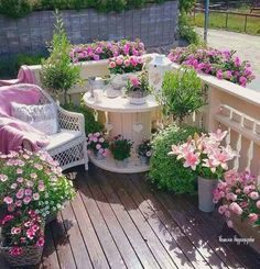 Cable drum painted and decorated with flowers – Small Balcony Decor Ideas Patio Shabby Chic, Shabby Chic Terrasse, Flower Landscape, Landscape Design, Cable Drum, Small Balcony Garden, Narrow Garden, Balcony Gardening, Outdoor Furniture Sets