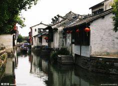 始建于1086年的古镇周庄,因邑人周迪功先生捐地修全福寺而得名,春秋时为吴王少子摇的封地,名为贞丰里,是隶属于江苏省昆山市和上海交界处的一个典型的江南水乡小镇,江南六大古镇之一。于2003年被评为中国历史文化名镇,最为著名的景点有:沈万三故居、富安桥、双桥、沈厅、怪楼、周庄八景等。