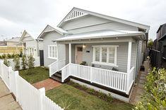 What lamp for my living room? Cottage Exterior, House Paint Exterior, Exterior House Colors, Facade Design, House Design, Weatherboard House, Queenslander, Front Verandah, Front Deck