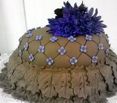 Bella torta de bizcocho de almendras rellenos con crema Chuibouts de chocolate forrada en fondant almendrado de chocolate!!