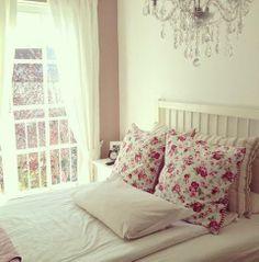 O edredom, fica muito fofo utilizar um florido, branco. Para dar contraste, se usar um branco, utilizar nas capas do travesseiro, algo colorido, florido.