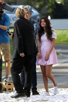 "Selena Gomez and Justin Bieber on the set of her movie ""Behaving Badly"" (Set to release in September, ll Justin Bieber Selena Gomez, Selena And Taylor, Justin Bieber And Selena, Selena Gomez Outfits, Marie Gomez, Celebrity Couples, Cute Couples, My Idol, Hollywood"
